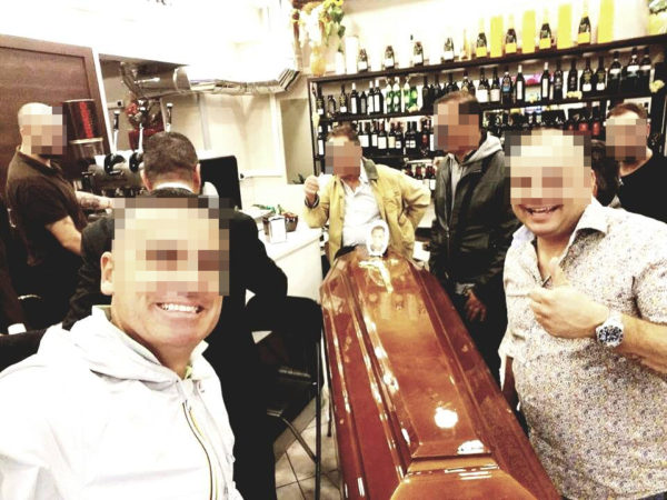 funerale-bara-salma-in-un-bar-a-napoli