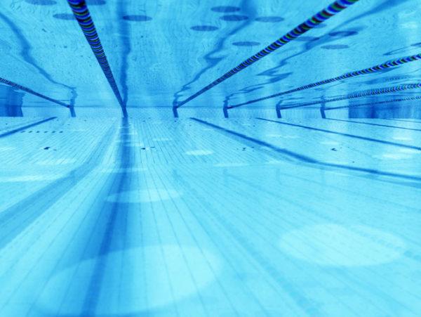 Coppia gay rimproverata da un bagnino in piscina, la versione del lido