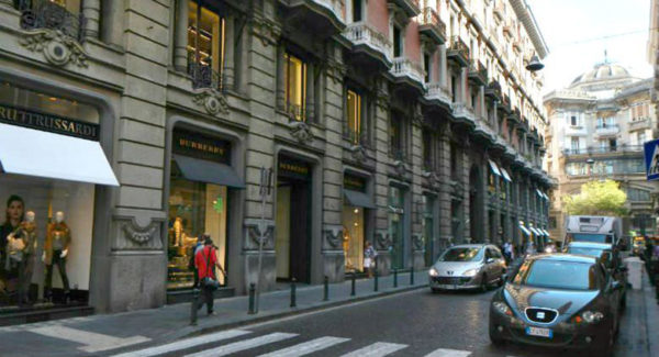 Ladri dalle fogne, razzia nel negozio Monetti a Napoli