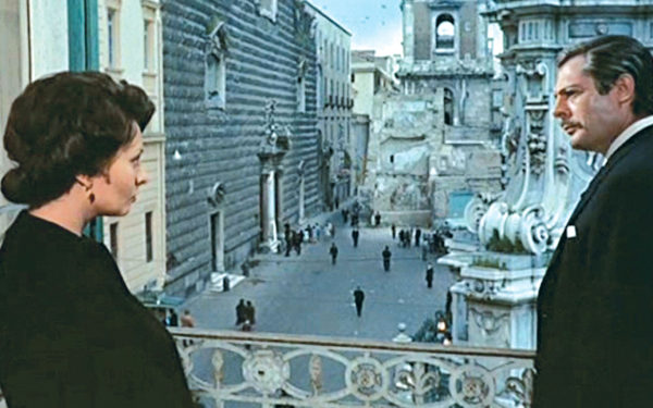 Sofia Loren e Marcello Mastroianni in una scena tratta dal film Matrimonio all'italiana girata a Palazzo Pandola. Sullo sfondo Piazza del Gesù Nuovo.