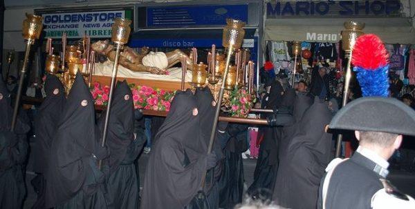 Processione Nera: il simulacro del Cristo Morto portato in spalla dai confratelli