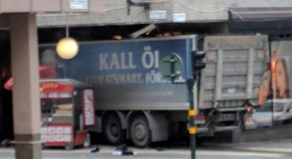 Attentato a Stoccolma: camion si lancia contro la folla. Tre vittime