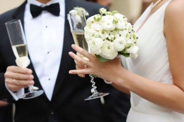 Fabuleux Grande cuore napoletano: una coppia di sposi invita gli immigrati  TO27