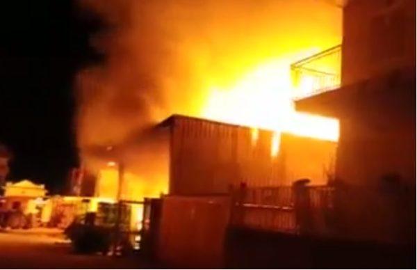 Giugliano, incendio in un deposito di via Epitaffio: fiamme in due palazzi
