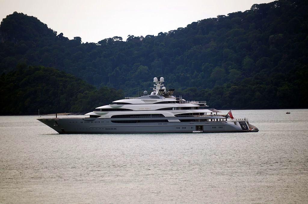 A napoli c 39 la ocean victory uno degli yacht pi grandi for Il canotto a bordo degli yacht