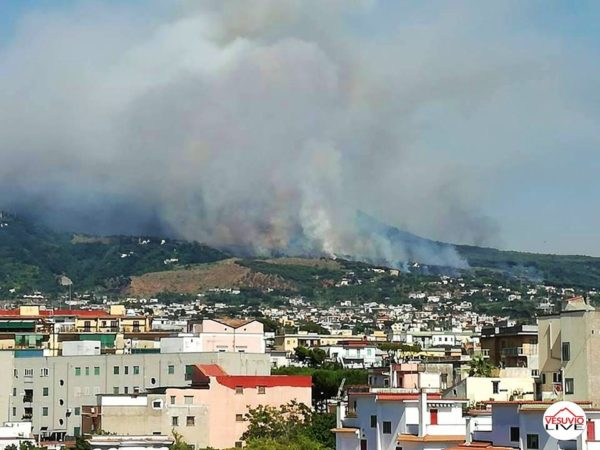 Vasto incendio sul Vesuvio, evacuati alloggi e turisti