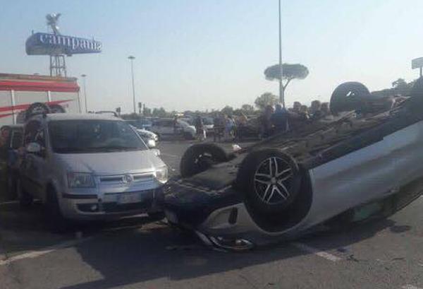Incidente al Centro Commerciale Campania: 2 auto si ribaltano nel ...