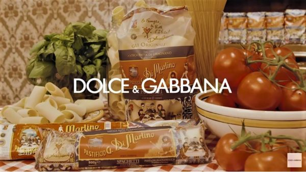 Video. Dolce   Gabbana firmano i pacchi di pasta di gragnano Di Martino 5ddb9be93cd
