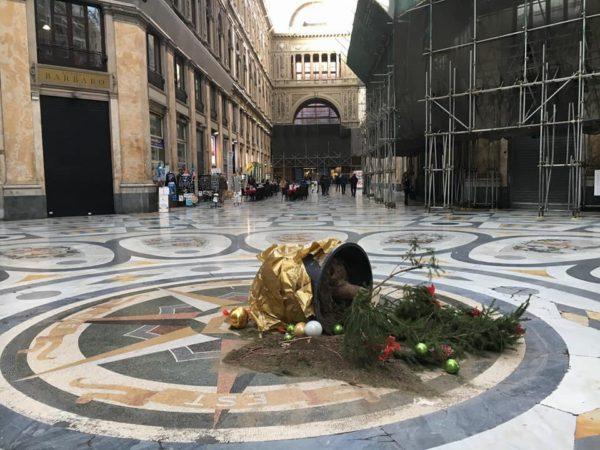 Torna l'albero di Natale nella Galleria Umberto: l'inaugurazione