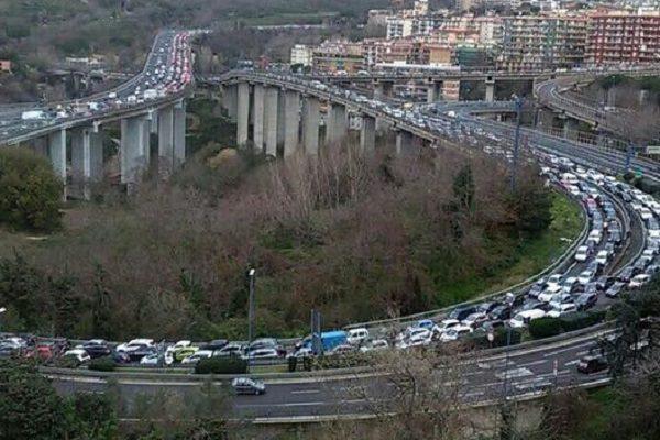 Napoli, incendio in Tangenziale: auto in fiamme nella galleria