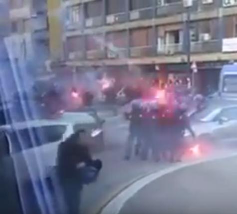 Paura a Napoli, agguato in stazione ai tifosi dell'Hellas: cariche della polizia