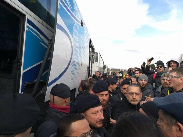 Napoli, la marcia del Comune su Roma: bus fermati dalla Digos