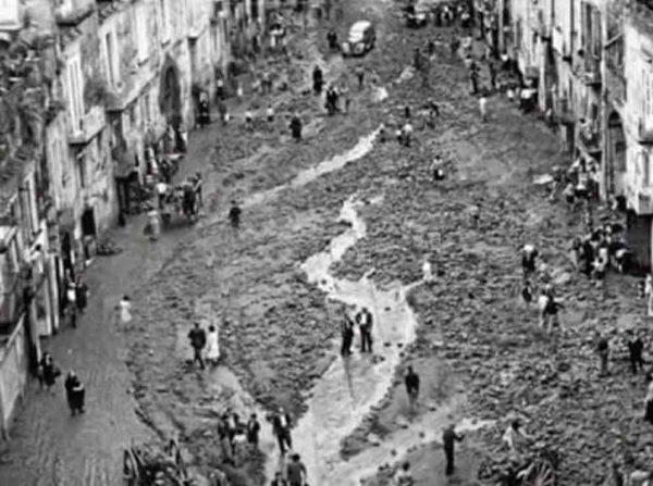 Napoli – Napoli è una città sorta su un luogo ostile  alle pendici di un  vulcano attivo 7908191223