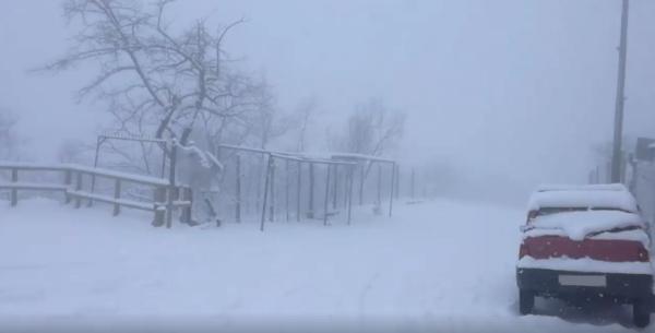 Maltempo, bus di turisti bloccato sul Vesuvio: troppa neve