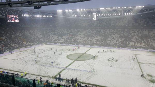 Napoli, manita e fuga: 5-0 al Cagliari, Juve a -4
