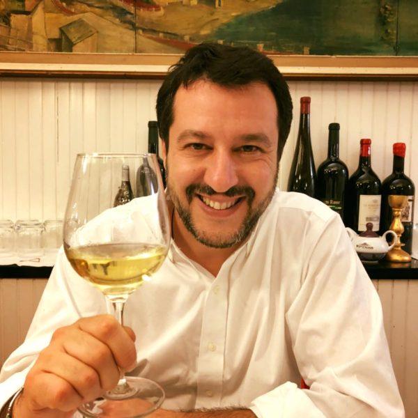 Roberto Saviano blasta Salvini 'trasformando' il suo vino in urina: