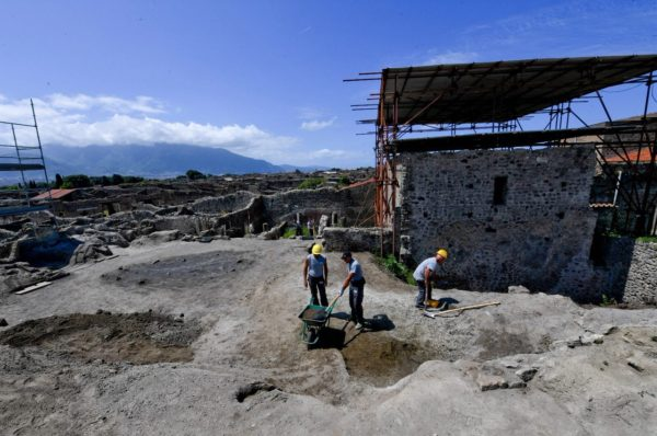Pompei, dagli scavi torna alla luce il vicolo dei balconi