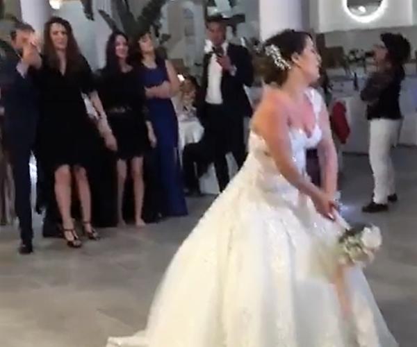 Lancio Bouquet Sposa.Video La Proposta Di Matrimonio A Sorpresa Che Commuove Il Web