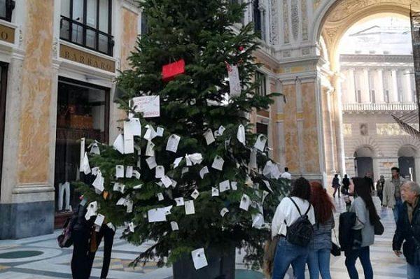 Albero Di Natale Napoli.Torna L Albero Di Natale In Galleria L Ironia E I Desideri Dei Napoletani