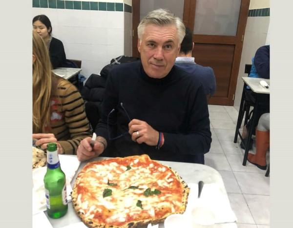 Ricetta Pizza Napoletana Da Michele.Ad Ancelotti La Pizza Piace Napoletana Carletto Da Michele A Forcella