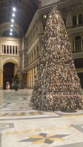 Albero Di Natale Napoli.Foto Galleria Umberto Installato Piramid L Albero Di Materiali Riciclati