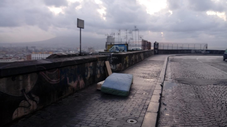 Materassi Napoli.Materassi E Poltrone In Strada L Incivilta Deturpa Il Volto Di Napoli