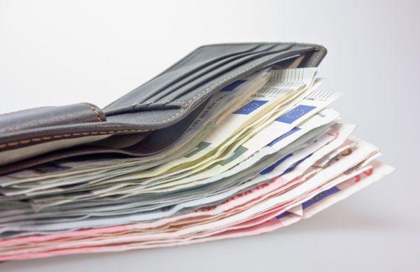 design innovativo 5b21a 080cf Ercolano, trova un portafogli pieno di soldi e lo ...