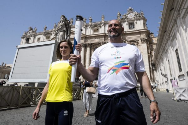 Papa Francesco benedice torcia dell'Universiade 2019