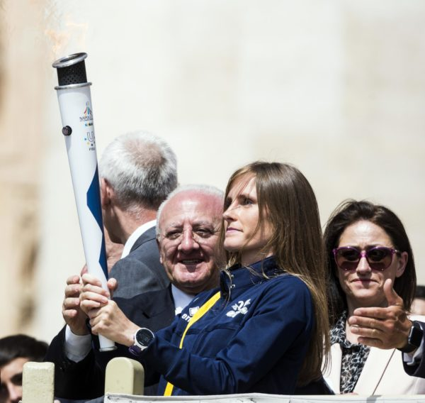 Papa Francesco benedice torcia dell'Universiade 2019