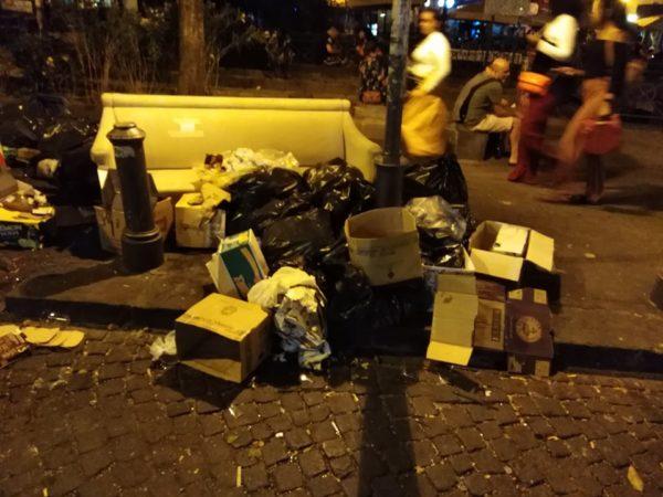 piazza bellini spazzatura 2