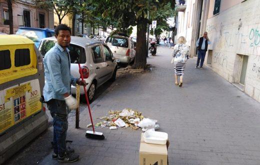 ragazzo nigeriano pulisce strade Vomero