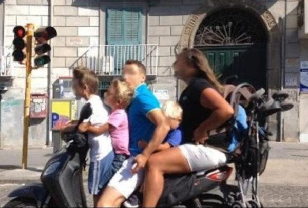 cinque sullo scooter senza casco