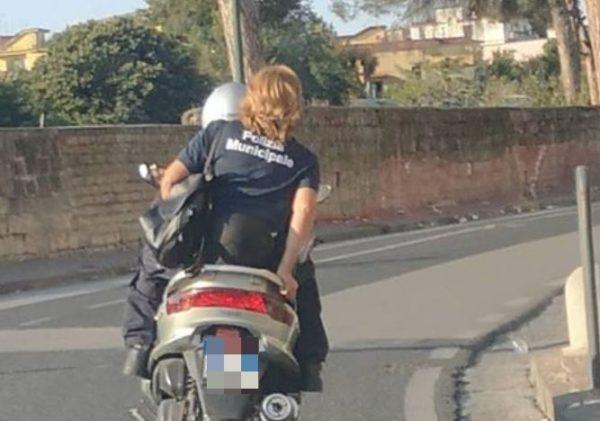 agente polizia municipale napoli senza casco