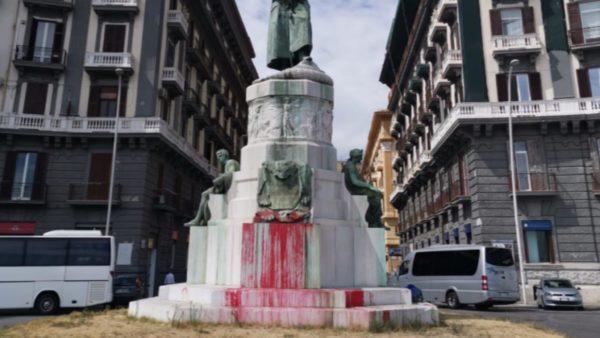 imbrattata statua re umberto i napoli