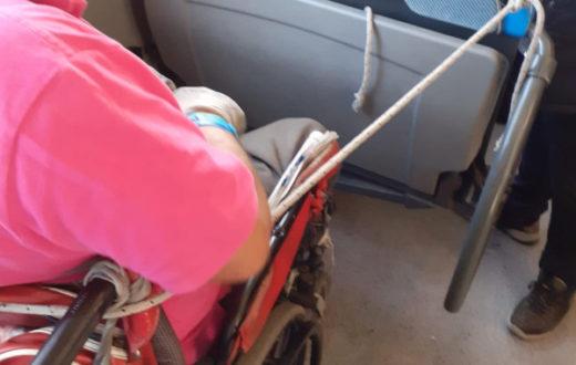 disabile legato autobus