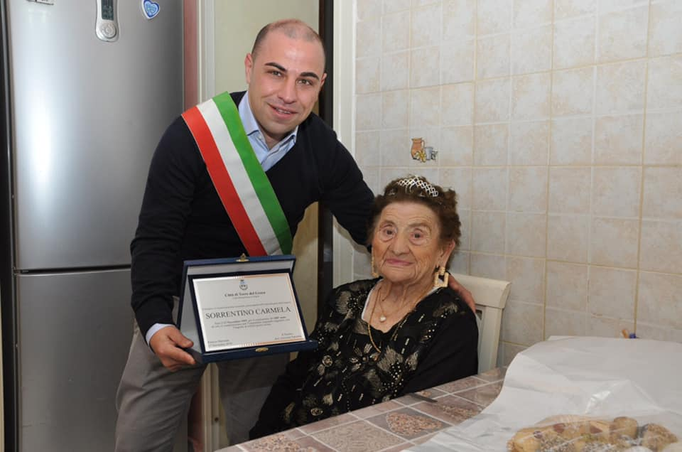 Festa a Torre del Greco: nonna Carmela compie 100 anni! - Vesuvio Live