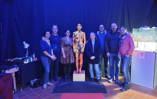 Veronica Bottigliero, la sua modello-cammeo umano e una serie di incisori presenti alla serata arte a palazzo