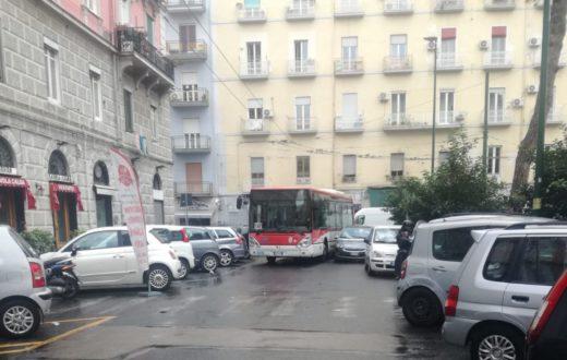 bus intrappolato auto sosta