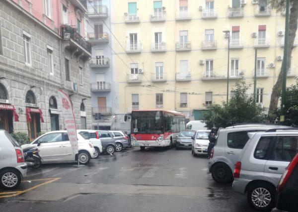 bus intrappolato auto sosta selvaggia