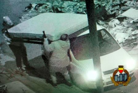 Napoli, sversano rifiuti speciali di notte: scoperti grazie alle telecamere spia