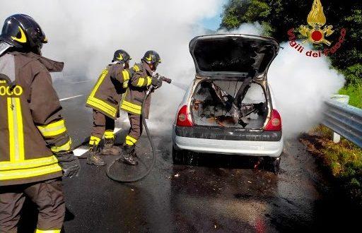 auto incendio fiamme