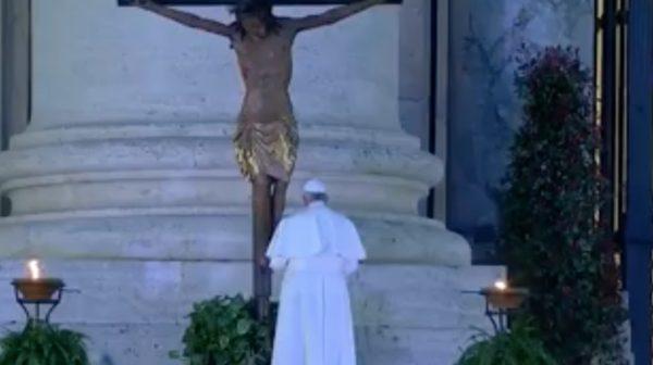 papa domenica pianto