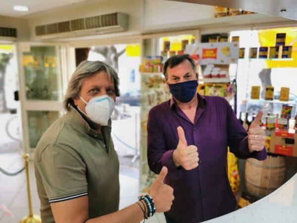 """Caserta, pagano 2 caffè e lasciano 100 euro: """"Il resto datelo ai dipendenti"""""""