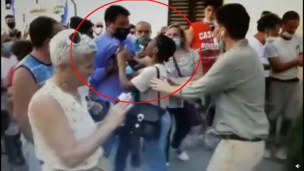 """Salvini sempre più contestato, una donna lo strattona: """"Io ti maledico"""""""