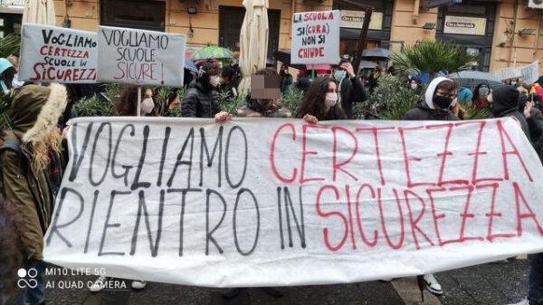 Studenti protestano a Palazzo Santa Lucia: a scuola senza sicurezza
