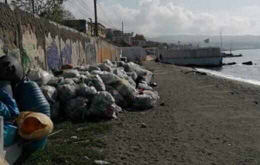 spiaggia pozzuoli rifiuti 2