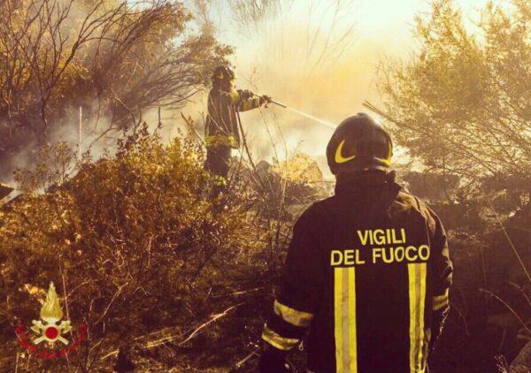 Calabria devastata dagli incendi, ancora un morto: trovato un corpo carbonizzato