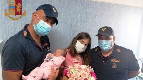poliziotti soccorrono donna incita fanno nascere bimba (1)